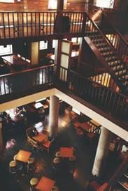 位於熱鬧台北西門町商圈的漢中門市,是全台第一家以舊建築翻新的星巴克門市。圖/星巴...