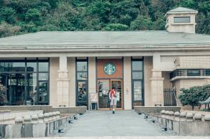 基隆新豐門市位於基隆祕境─擁有原始保護林環繞,從新豐街旁的一處小山坡上去,沿途依...
