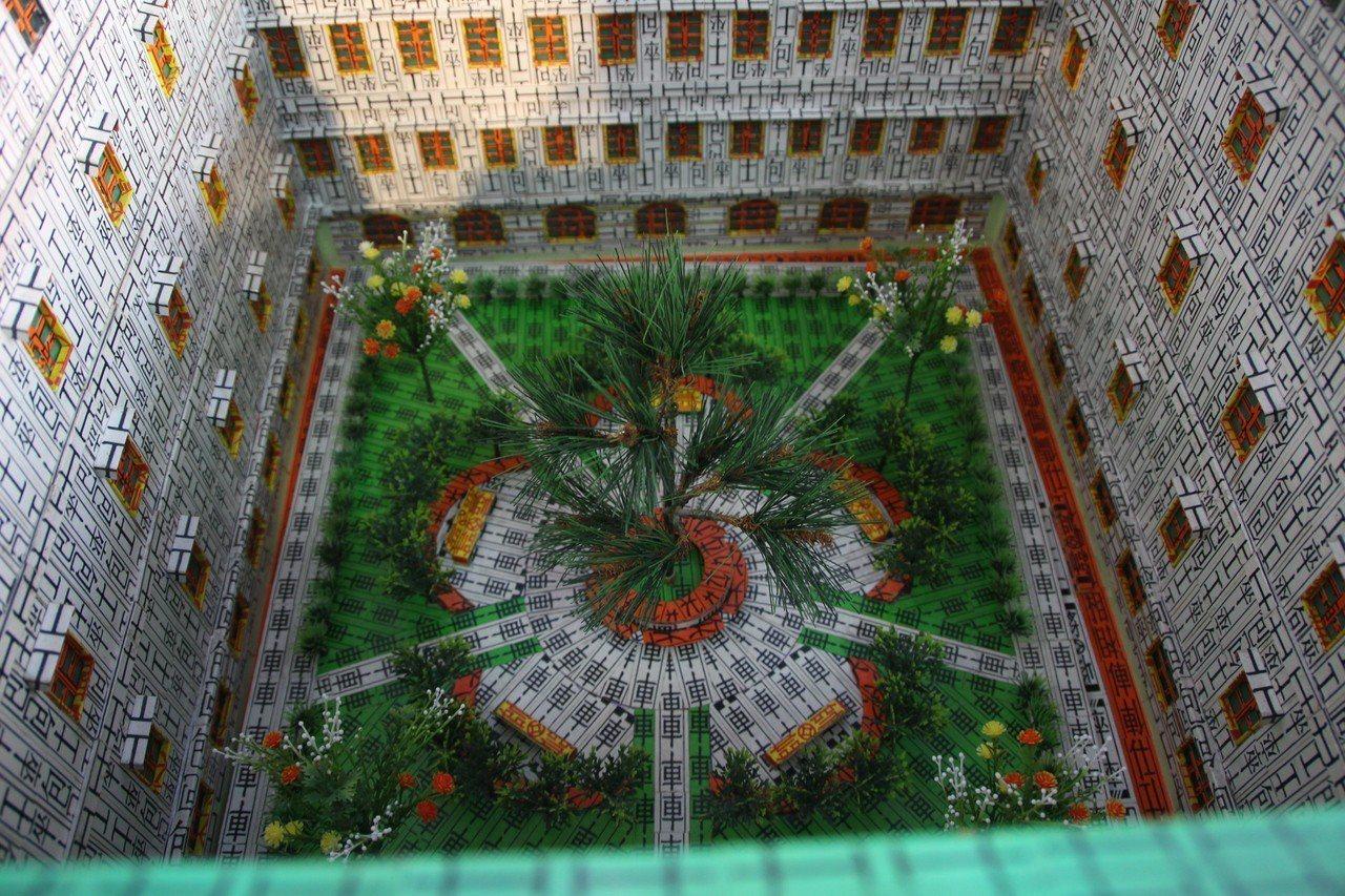 四色牌做成的「總統府」內還有梅花中庭。記者林敬家/攝影