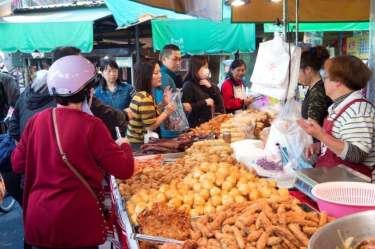嘉義市各傳統市場擠滿辦年貨的採買人潮,假期經濟夯。圖/嘉義市政府提供