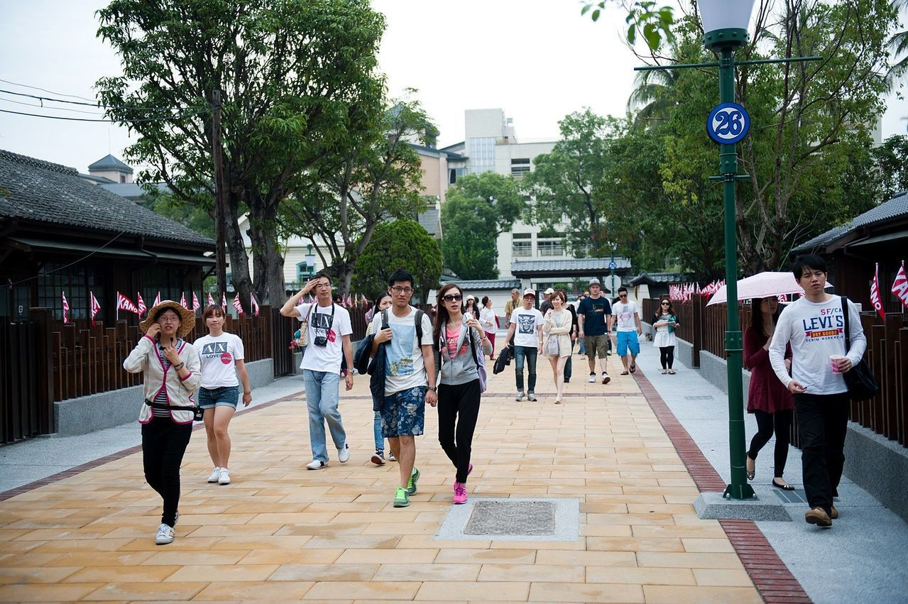 嘉義市今天天氣晴朗,檜意森活村等知名景點吸引遊客走春踏青。圖/嘉義市政府提供