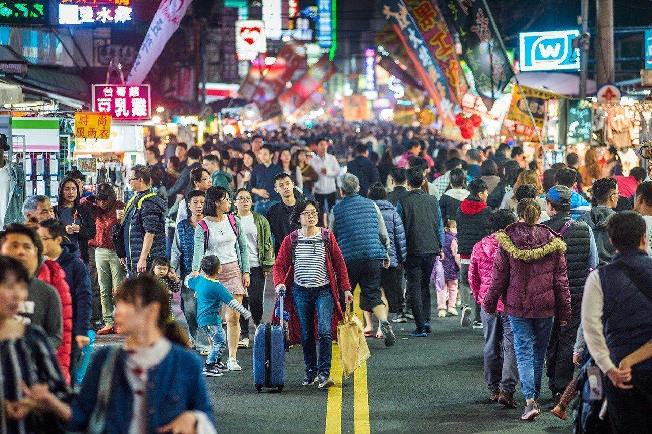過年連假期間,嘉義市文化路夜市人潮洶湧,返鄉遊子或遊客甚至拉著行李箱逛夜市,生意...