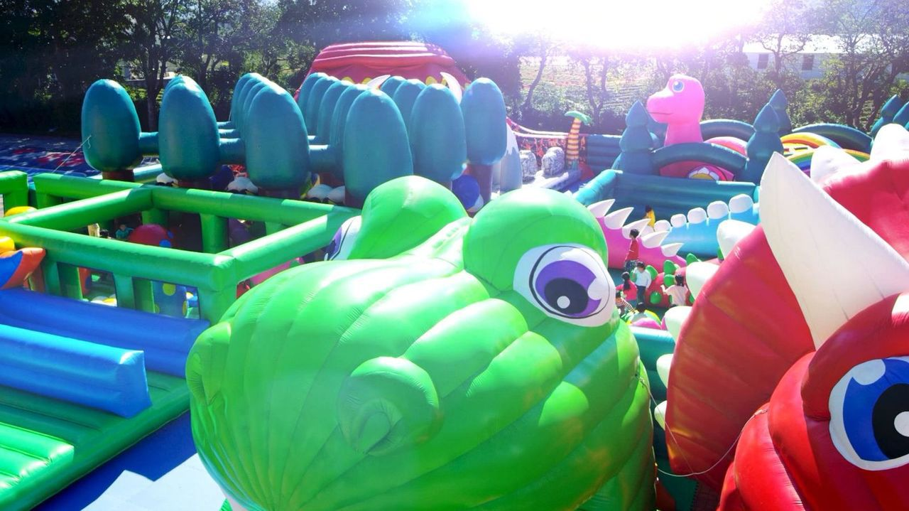 桃園龍潭小人國遊樂區,新增超好玩的探險迷宮恐龍島氣墊設施。圖/小人國主題樂園提供