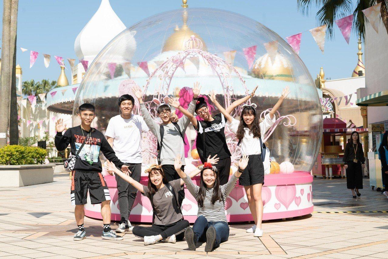 歡慶六福村40歲生日,六福村推出生日同慶的整年度免費入園專案,只要今年40歲的當...