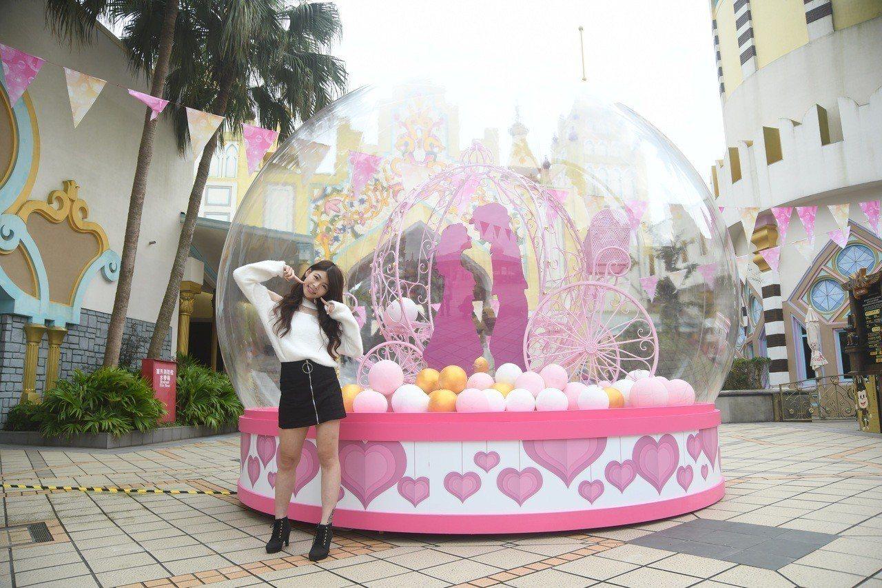 超好拍打卡新景點,甜蜜魔宮巨型水晶球亮相。圖/六福村提供