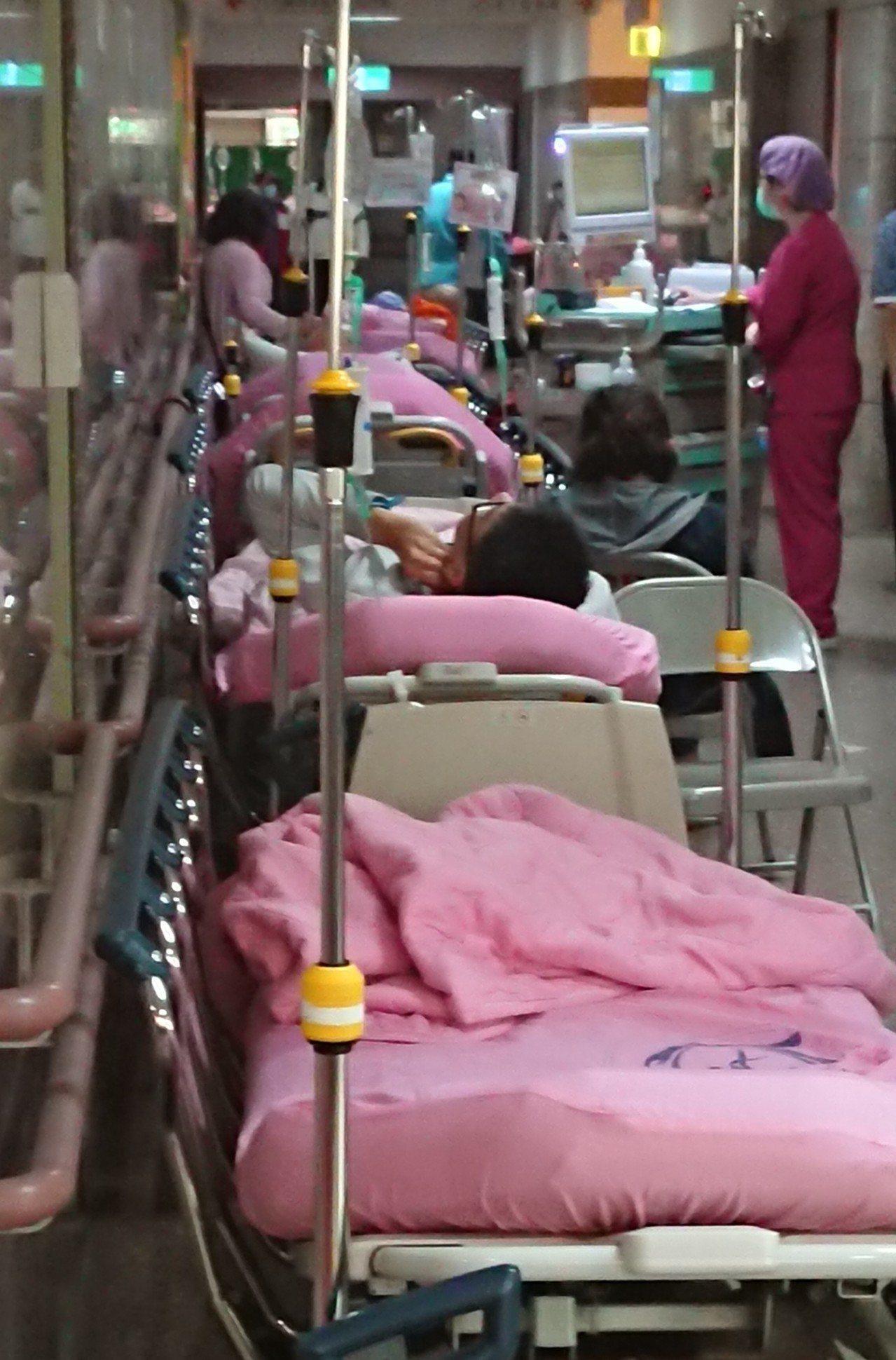 根據往年經驗,春節急診類流感就診人次明顯較高,疾管署副署長羅一鈞提醒,國人要有防...