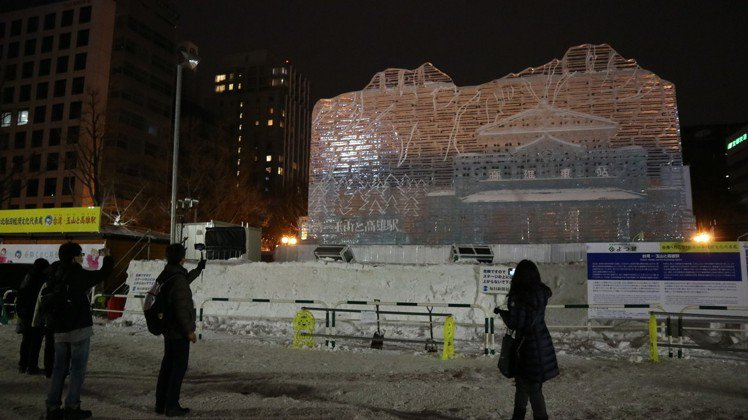 札幌雪祭明天開幕,台灣展出「玉山與高雄站」大冰雕作工精緻,雖然還沒正式點燈已吸引...