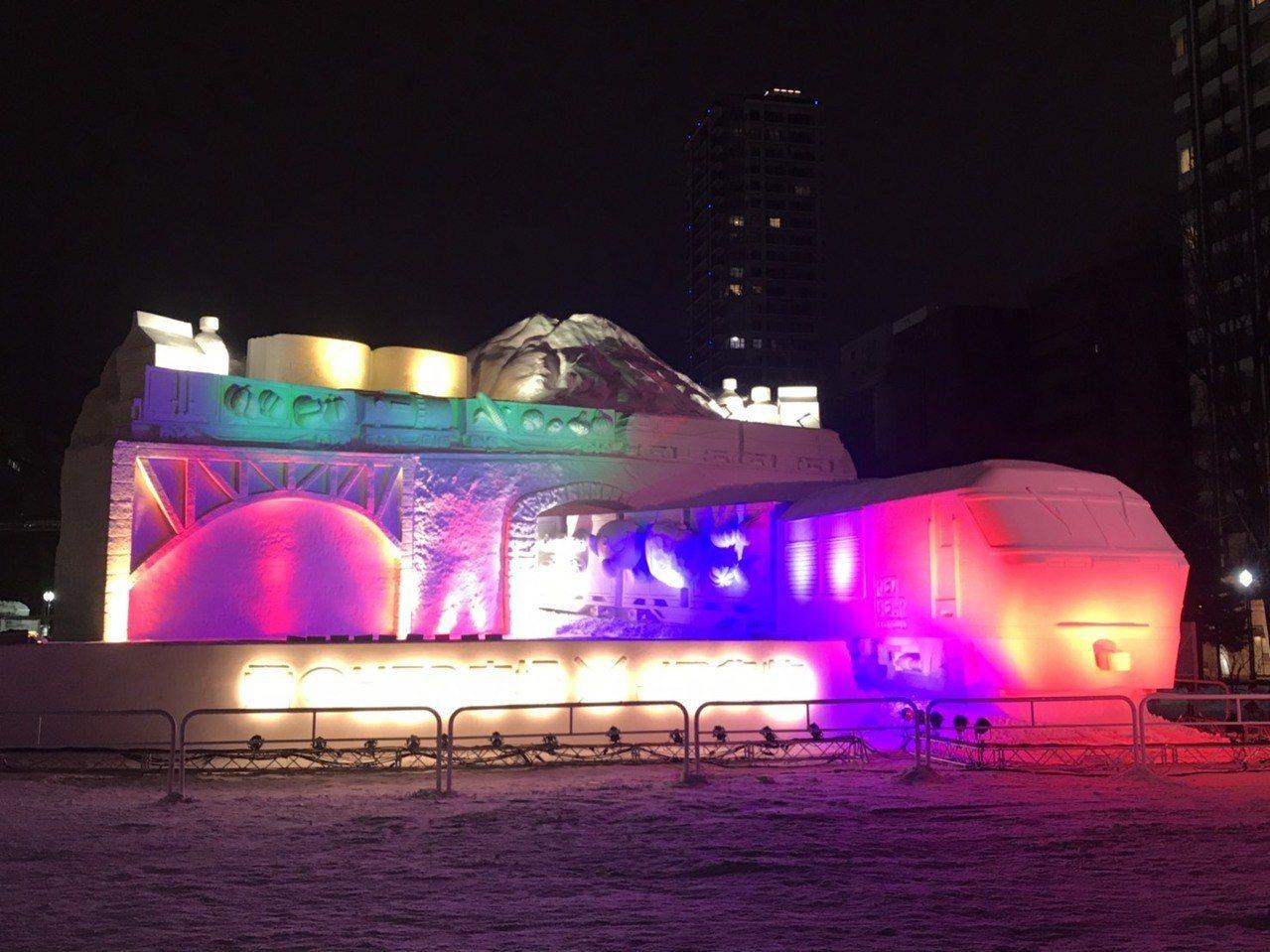JR EH800貨車大雪像3日晚間試點燈,顏色變換豐富讓人驚艷。東京記者蔡佩芳/...