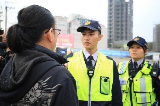 台中市警局昨天進行封閉型酒測路檢,駕駛人吹氣測酒精濃度。 記者陳宏睿/攝影