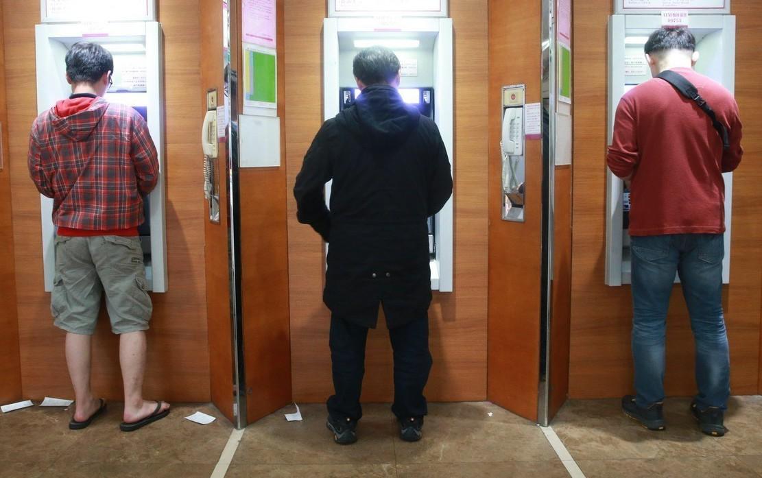 保全公司運鈔員利用到自動櫃員機補鈔機會,涉嫌暗中抽走鈔匣裡鈔票共一千三百三十七萬...