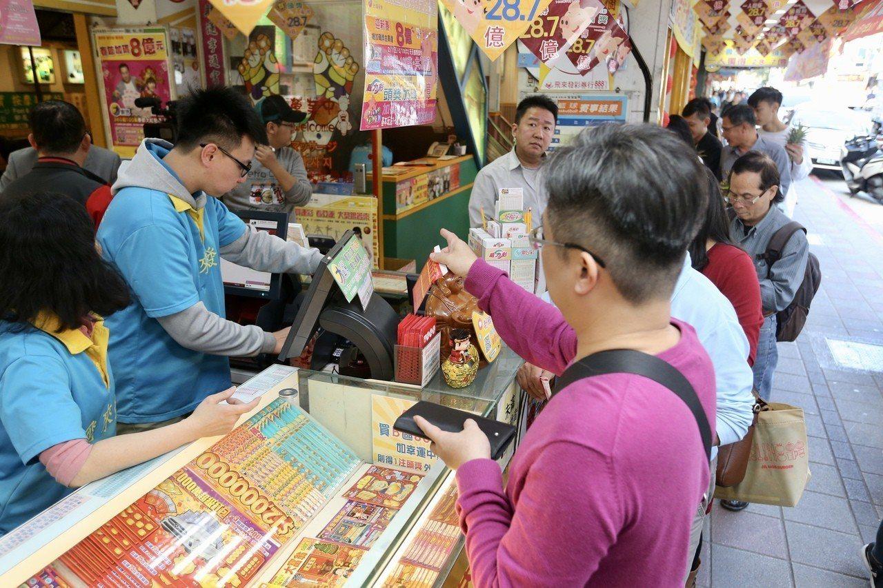 過年期間許多民眾到彩券行排隊購買大樂透試手氣。記者林伯東/攝影