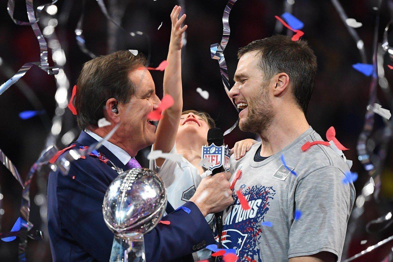 新英格蘭愛國者傳奇四分衛布雷(右),拿下破紀錄的6座超級盃冠軍。 路透