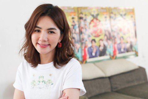 離開待了17年的唱片公司,是歌手也挑戰過演戲的Ella,今年決心喊出「戲劇元年」,對於往後唱歌和演戲工作的比重,她強調「我還是會唱歌」,但想演戲也是「認真的」。Ella(陳嘉樺)在2月上映的台灣麻將...