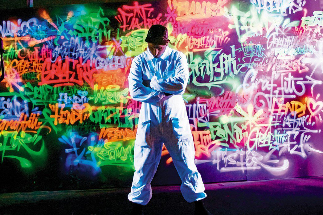 F is for FENDI系列和塗鴉藝術家合作,打造城市光影藝術。圖/FEND...