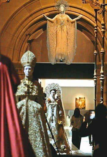 紐約大都會博物館每年5月份開始的春季特展,是由美國時裝學院所主辦的時尚藝術展。(...
