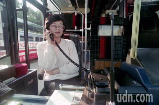 30年前個人手機還沒流行,搭野雞車有急事,只能借車上的行動電話。本報資料照
