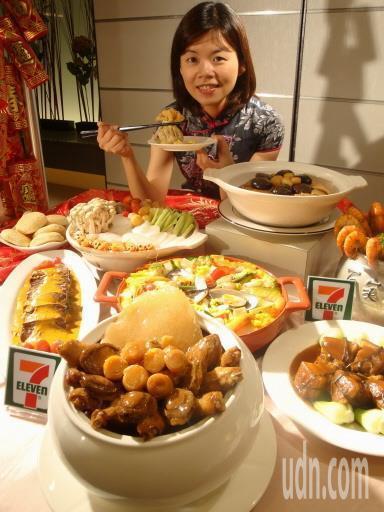2002年起,超商相繼推出外賣年菜,婆婆媽媽除夕可以好好休息,不用張羅年菜。本報...