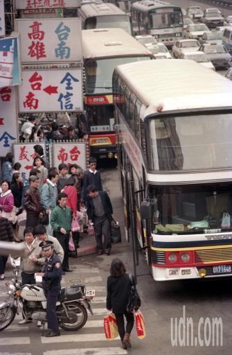 30年前政府仍只開放公路局客運車行駛高速公路,很多中南部民眾春節返鄉要搭野雞車。...