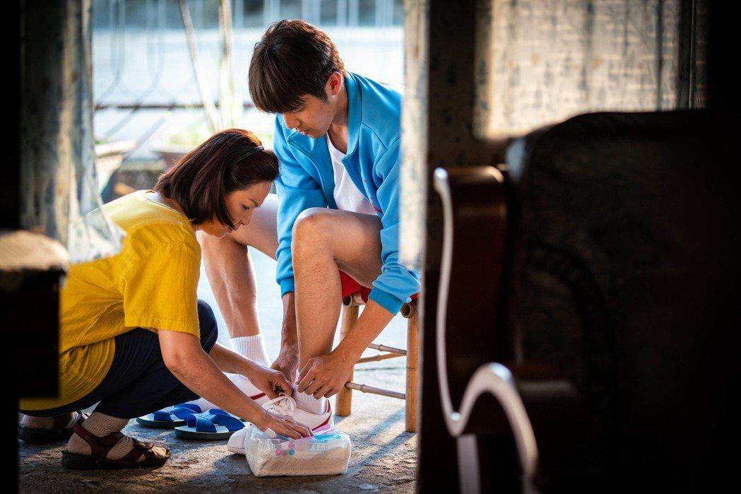 楊貴媚為胡宇威穿鞋,情緒複雜。圖/想亮影藝提供
