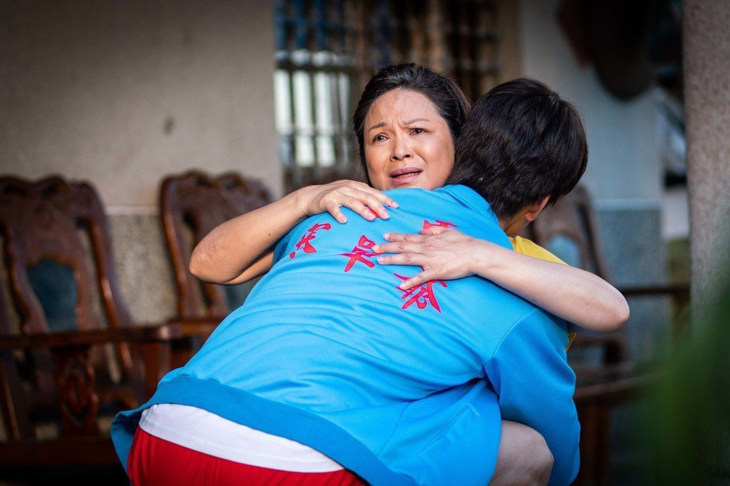 楊貴媚和胡宇威在「寒單」有很感人的親情對手戲。圖/想亮影藝提供