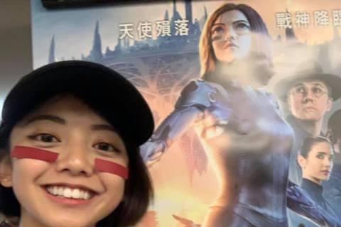 知名網紅「竹竹」因為與科幻大片「艾莉塔:戰鬥天使」的女主角艾莉塔外型相似爆紅,小小的臉搭配一頭俐落短髮,再加上大大的眼睛,讓許多影迷都相當驚艷,但對於她而言,一開始真的是受寵若驚,也提到如果她有機會...