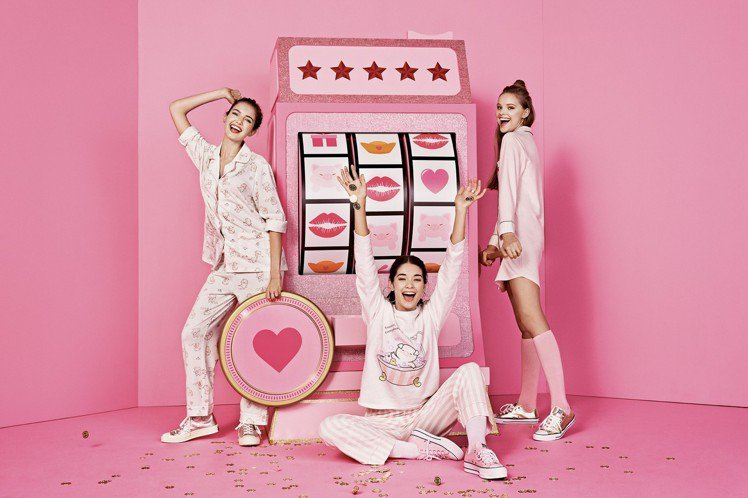 6IXTY8IGHT農曆新年的粉紅小豬嘜系列睡衣,單件598元至1,098元。圖...
