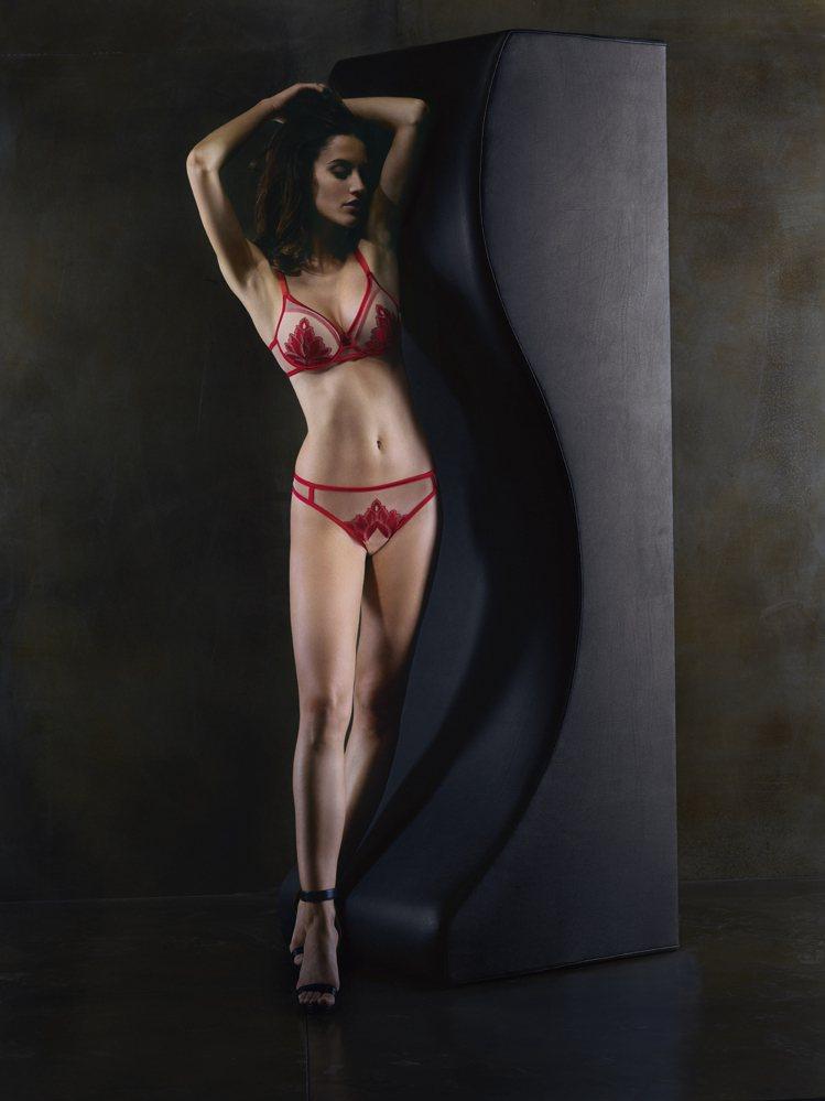 西蒙佩兒Passion激情系列集中托高胸罩2,790元、褲1,690元。圖/Si...
