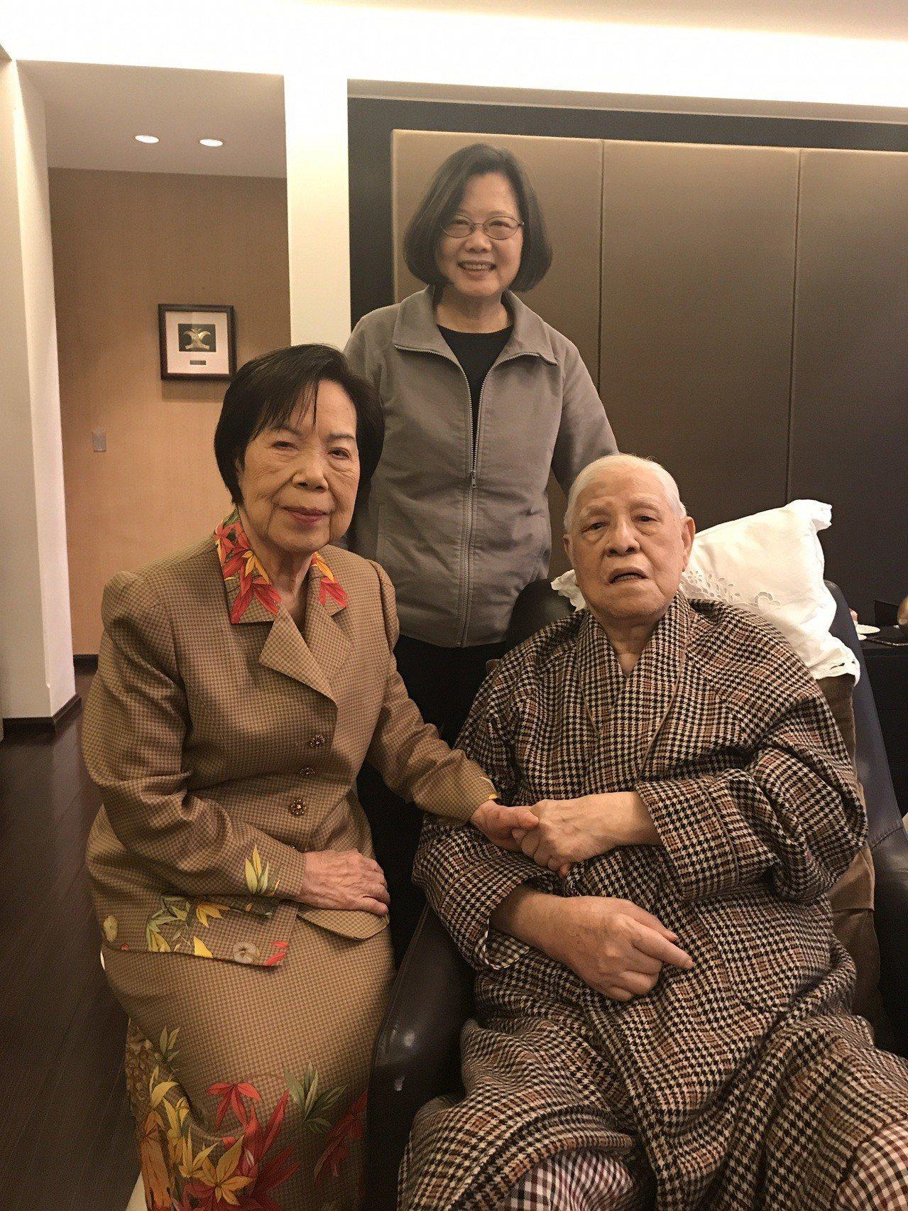 蔡英文總統昨天探視日前出院的前總統李登輝與夫人曾文惠,並向他們拜年。圖/總統府提...