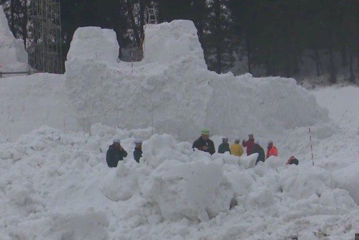新潟十日町雪祭雪像崩塌,兩工作人員遭到活埋,生命垂危。圖/翻攝日本電視