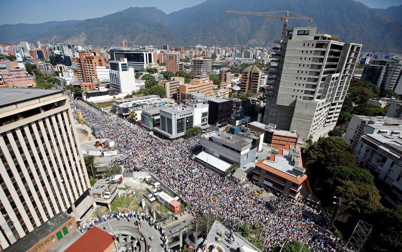 委內瑞拉首都街頭出現反總統馬杜洛示威,美國對制裁委內瑞拉制裁導致油價上漲。路透