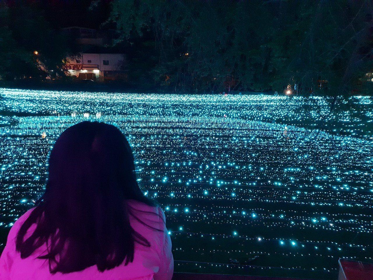 南投縣南投市公所在後方小河架設燈光造景,以一整片寧靜的「蒂芬妮藍燈海」作為主要場...