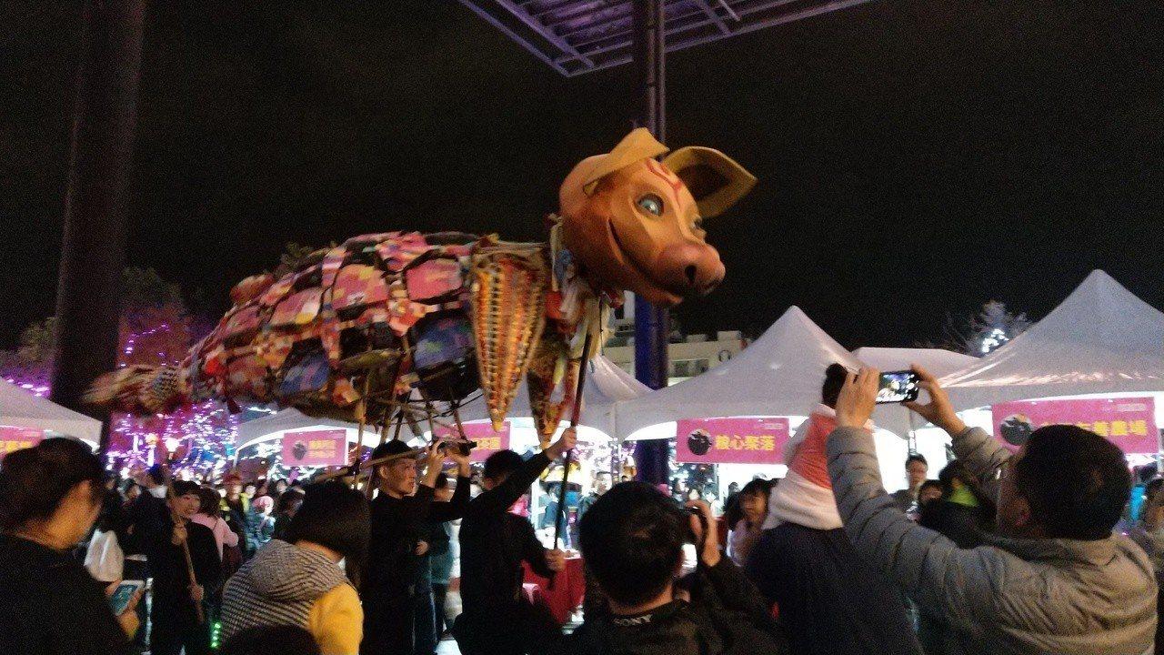 歡樂宜蘭年跨年守歲活動,最後安排「千人趕年獸」,掀起熱鬧氣氛。記者戴永華/攝影