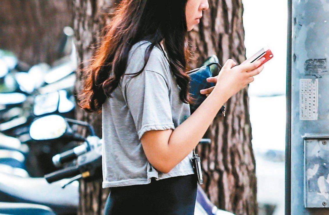 網路用語不斷推陳出新,台灣網友愛用的用語,其實也受到大陸影響。 報系資料照
