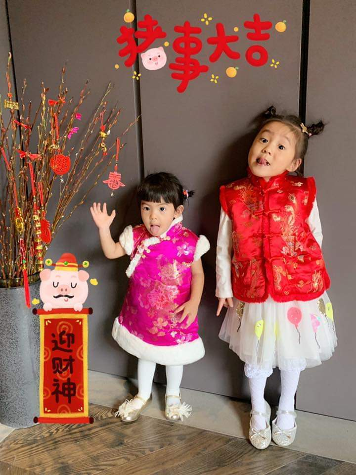 咘咘(右)、Bo妞棉襖姐妹裝拜年。圖/摘自臉書