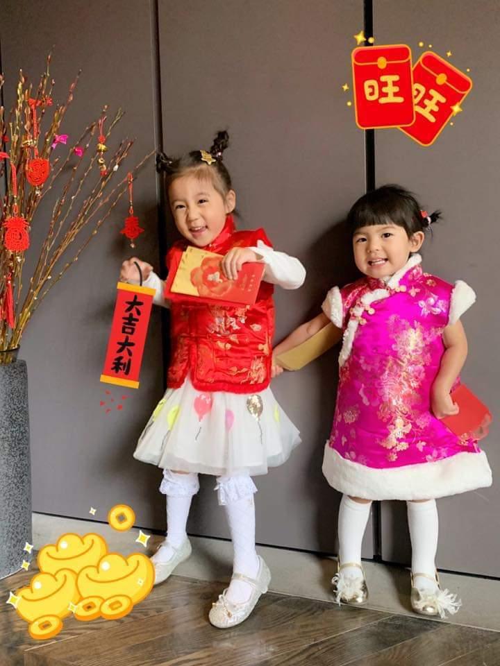 咘咘(左)、Bo妞棉襖姐妹裝拜年。圖/摘自臉書