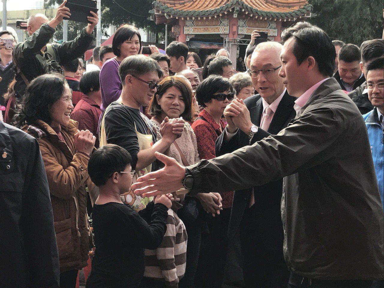 國民黨主席吳敦義下午到三重先嗇宮參拜,人氣頗旺。記者陳珮琦/攝影