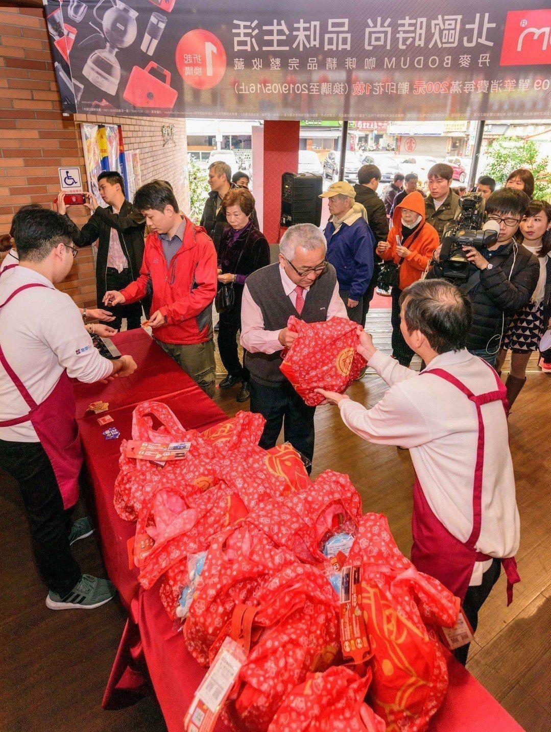 全聯豬年福袋全台門市初一早上9點準時開賣,吸引不少民眾搶購。圖/全聯提供