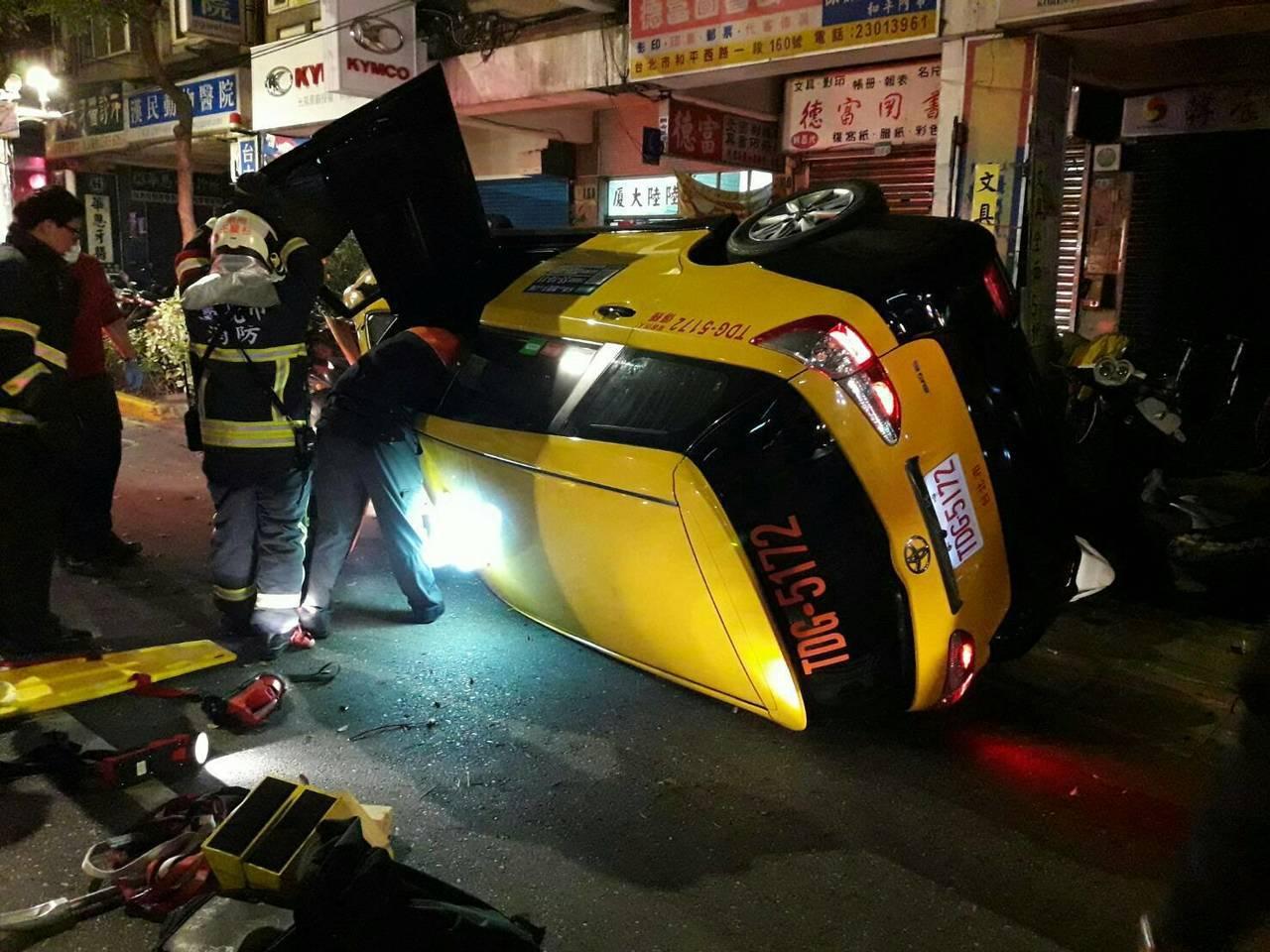 計程車撞及路邊機車後翻覆。圖/警方提供