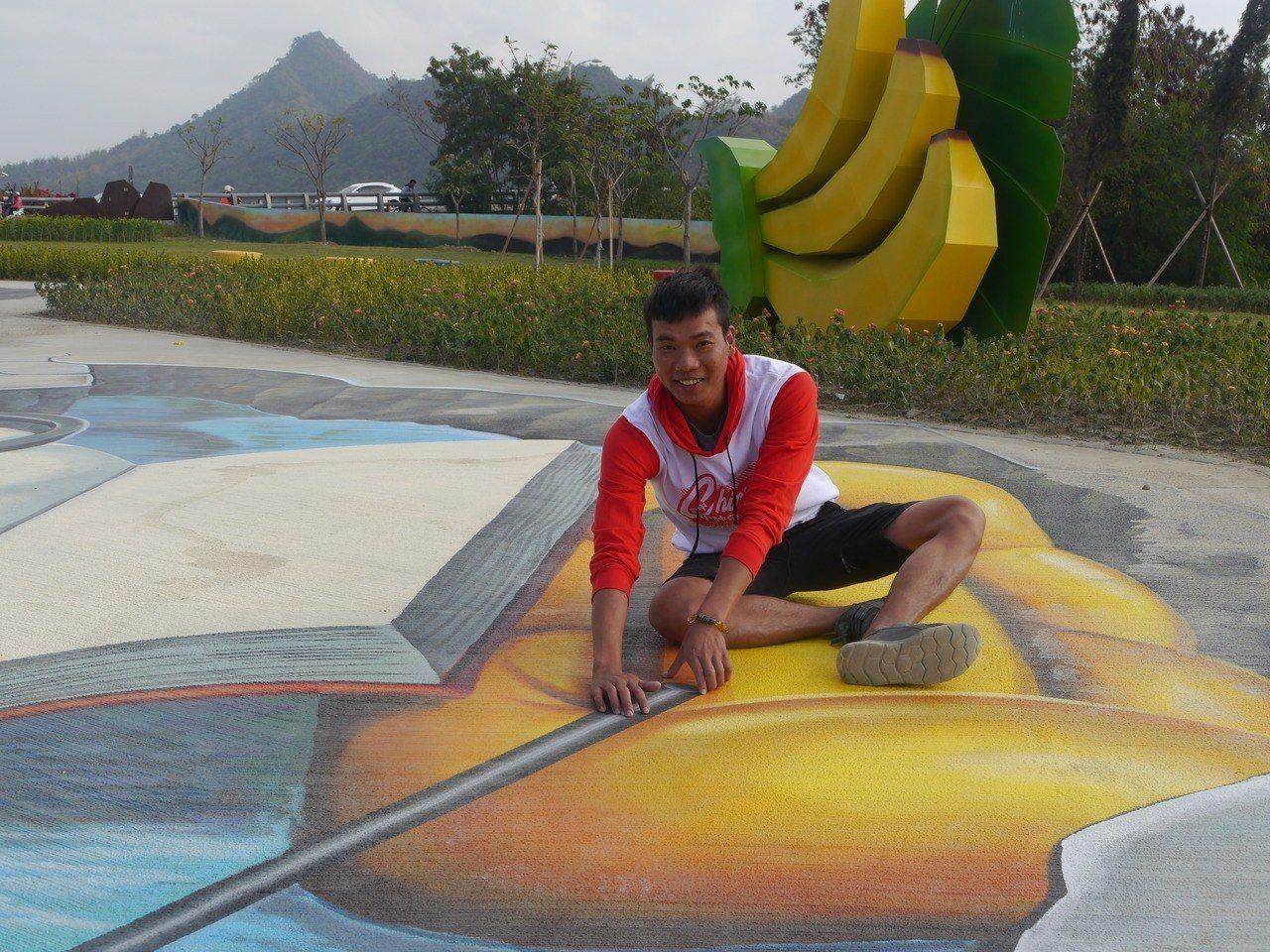 旗山3D立體彩繪公園創作者楊東昇。記者徐白櫻/攝影