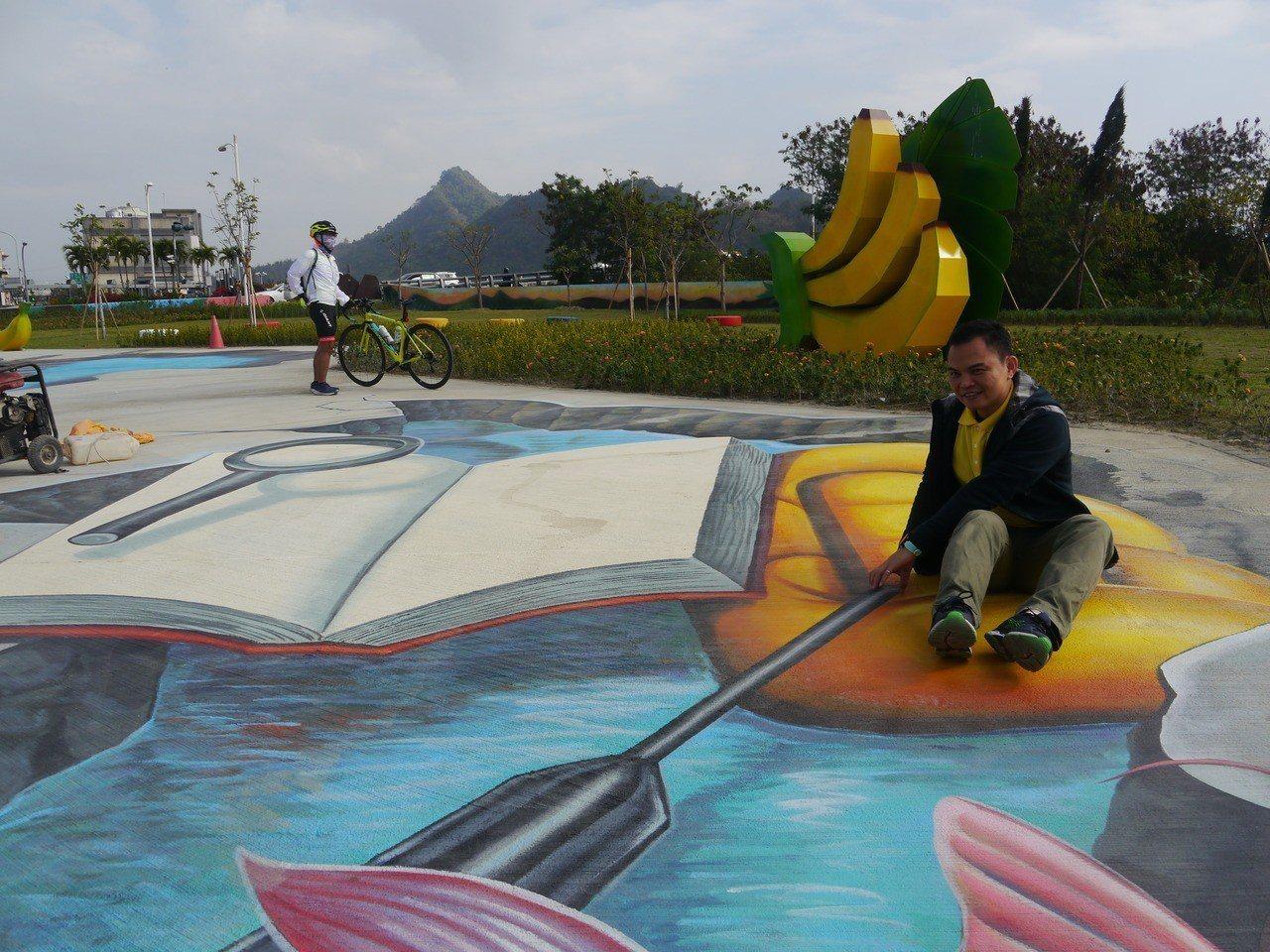 3D立體彩繪公園後方有香蕉入口意象,旗尾山矗立在遠方。記者徐白櫻/攝影