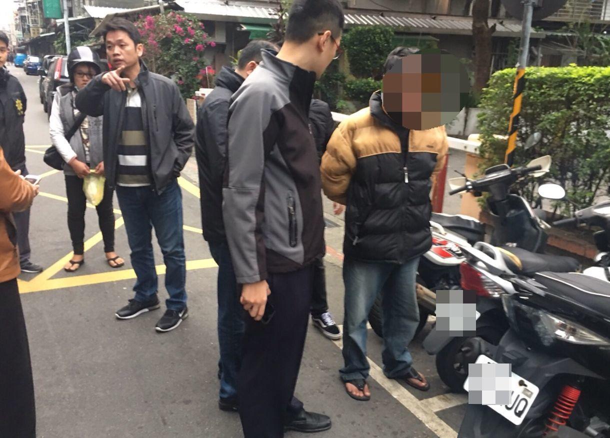 簡姓嫌犯(右一)連續搶奪路人,落網供稱因為沒錢包紅包給女友。記者林昭彰/翻攝
