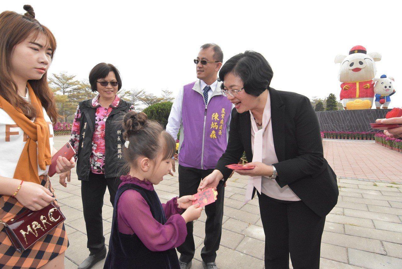 彰化縣長王惠美今天上午到溪州公園發福袋。記者何烱榮/攝影