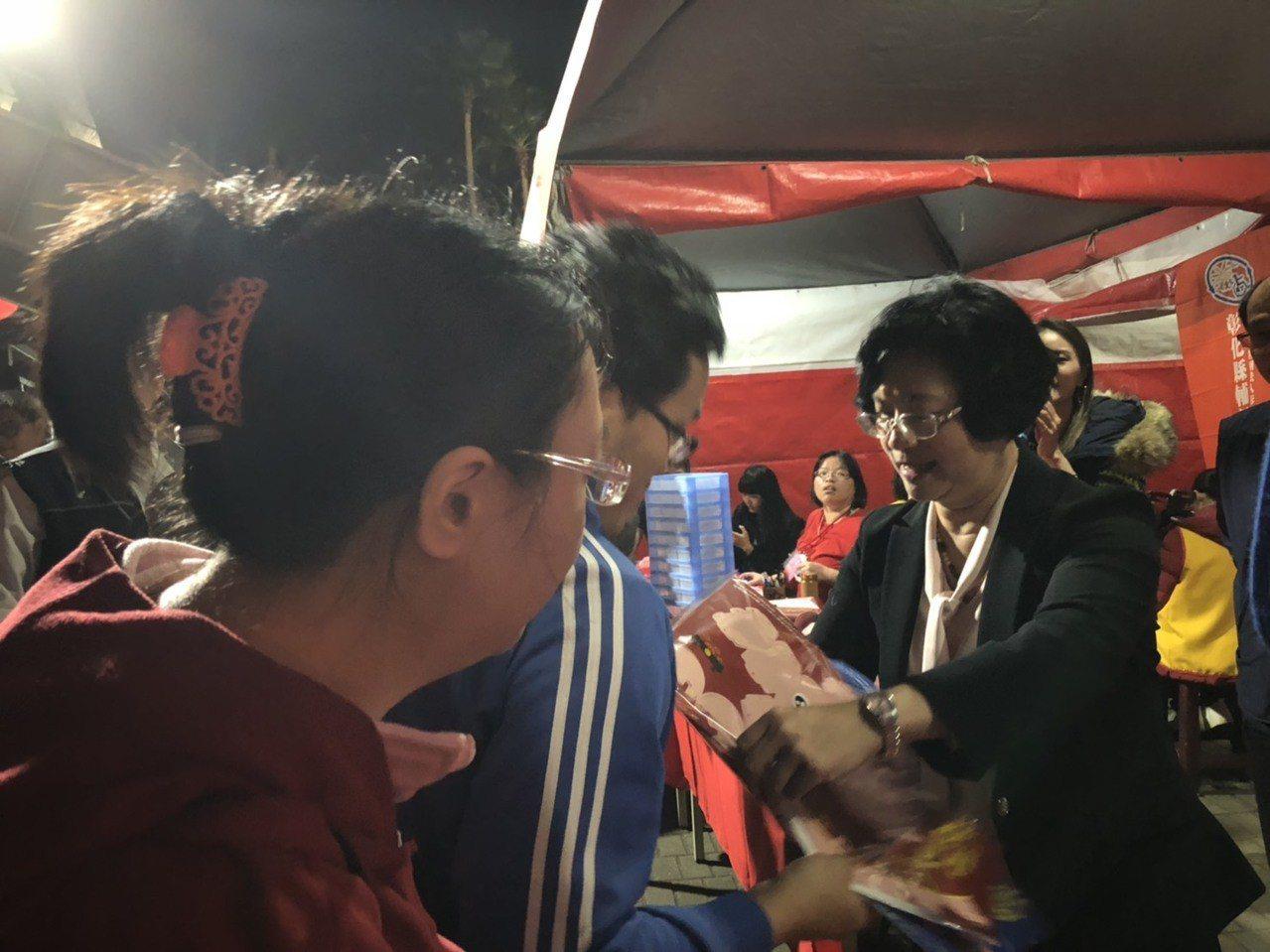 縣長王惠美(右1)今晚分送1500盞可愛的小豬提燈,民眾秒殺。 記者何烱榮/攝影