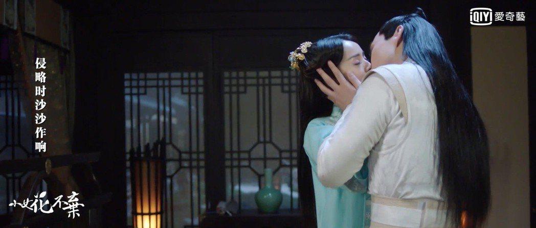 林依晨(左)與張彬彬在「小女花不棄」中終於再次相遇。圖/愛奇藝台灣站提供