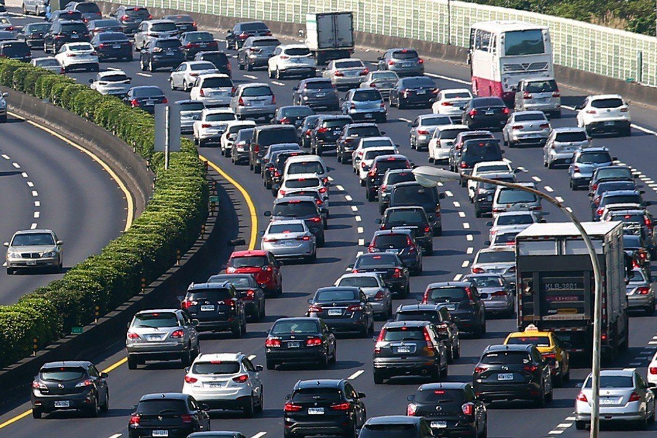 大年初二,國道三號南下土城路段四線道加上路肩都擠滿車輛,時速低於四十公里。記者王...