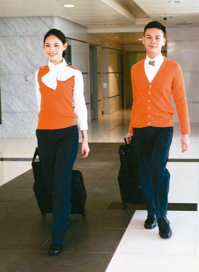 高鐵運務員全套制服和手拉行李。 記者邱德祥/攝影