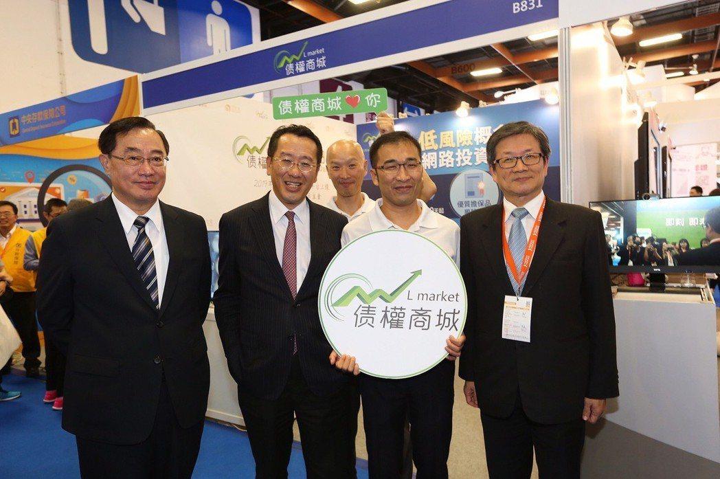 金管會主委顧立雄(左二)至債權商城展示會攤位指導。 林凱祥/攝影