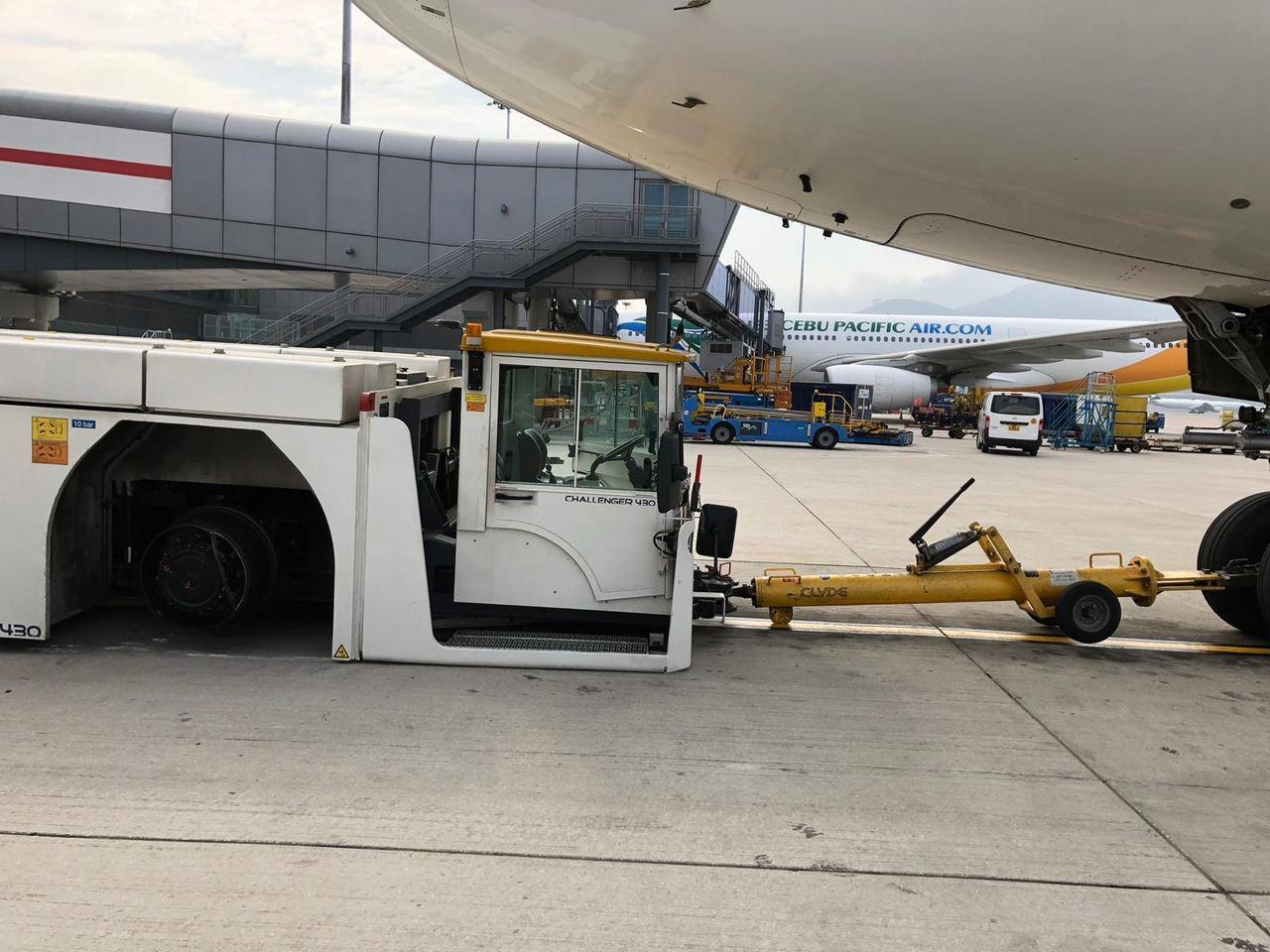 新款的飛機拖車輪胎突爆胎噴飛,航空公司推測可能是輪胎問題或是遭尖銳物刺穿。 圖/...