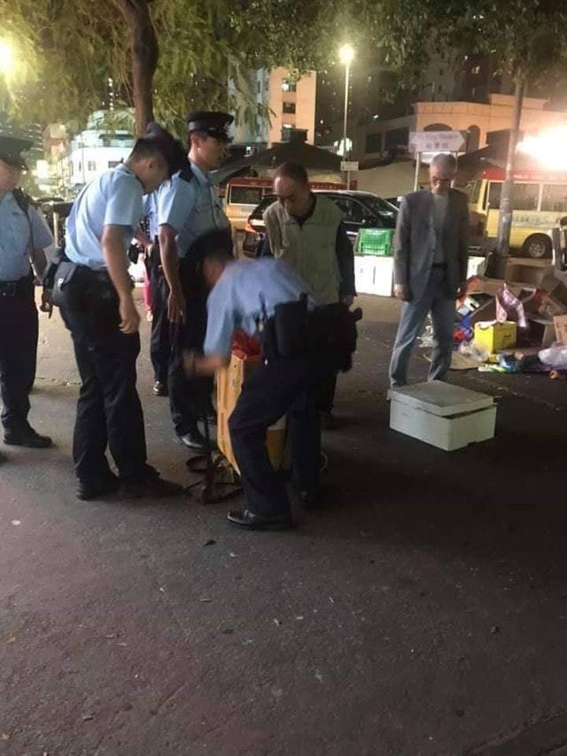 一名來自大陸的67歲男子疑似兜售狗皮,民眾見狀後報警。 圖/取自香港01