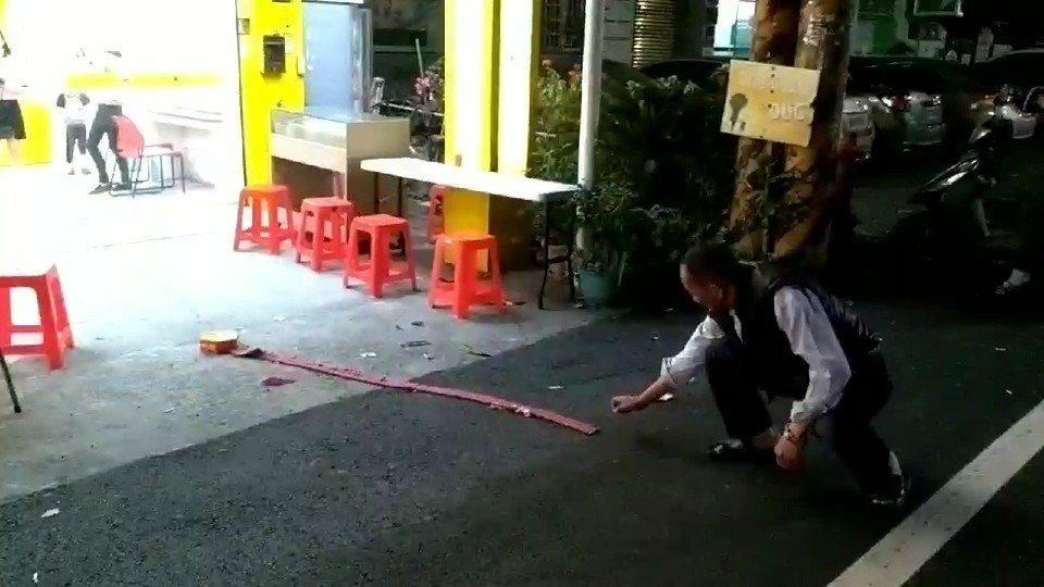 斗六市一家彩券行5日晚間開出大樂透頭獎,店方放鞭炮慶賀。記者蔡維斌/翻攝